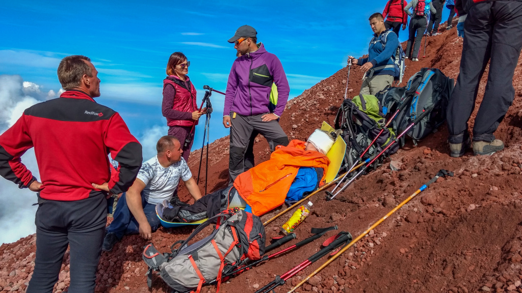 Photo of the Kamchatka search and rescue squad_Injured tourist on the cone of Avachinsky volcano ..jpg