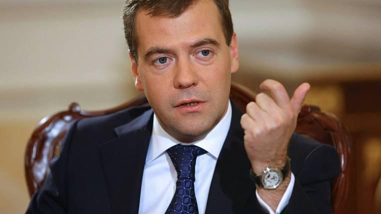 Медведев: Гарантированная часть заработной платы учителей должна быть выше премиальной