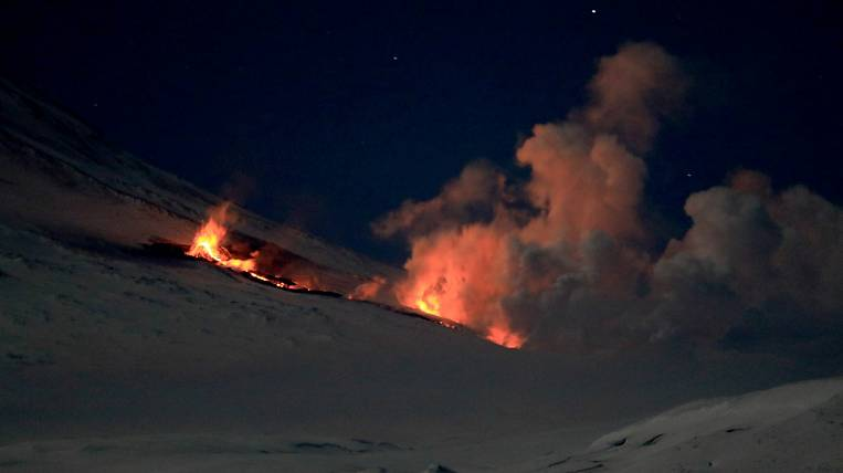 A cinder cone began to grow at a breakthrough on Klyuchevskoy volcano