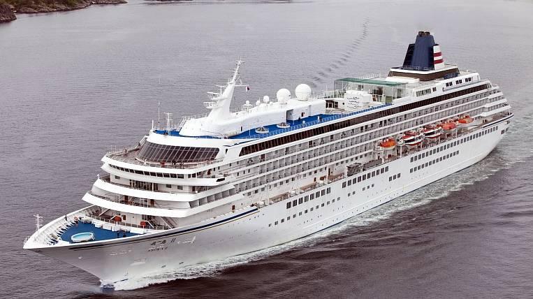 Самый большой круизный лайнер Японии зашел в порт Камчатки